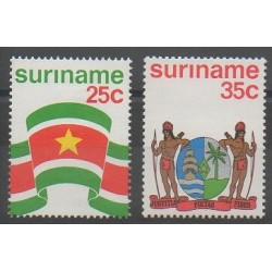 Surinam - 1976 - No 640/641 - Drapeaux - Armoiries