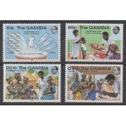 Gambie - 1984 - No 532/535 - Santé ou Croix-Rouge - Enfance