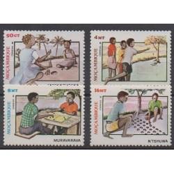 Mozambique - 1985 - No 998/1001 - Enfance
